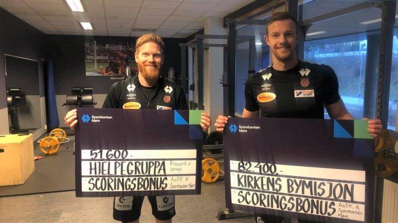 Fredrik Carlsen, Peter Orry Larsen og resten av spillergruppa valgte ut de to mottakerne av scoringsbonusen.